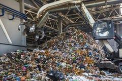 GRODNO, WEISSRUSSLAND - MAI 2018: Bagger auf dem Primärsortieren des Abfalls in Abfallbehandlungsanlage Unterschiedliche Speicher stockfoto