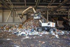GRODNO, WEISSRUSSLAND - MAI 2018: Bagger auf dem Primärsortieren des Abfalls in Abfallbehandlungsanlage Unterschiedliche Speicher lizenzfreie stockfotos