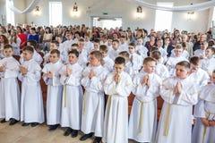 GRODNO, WEISSRUSSLAND - MAI 2019: Kleinkinder in der katholischen Kirche warten auf die erste Kommunion des heiligen Abendmahl We stockfoto