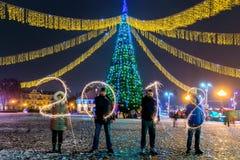 GRODNO, WIT-RUSLAND - DECEMBER 23: Gelukkig Nieuwjaar De figuren 2018 maakten van vuurwerk op een Kerstboom, 23 December, 2017 Gr Stock Fotografie