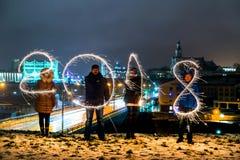 GRODNO, WIT-RUSLAND - DECEMBER 23: Gelukkig Nieuwjaar De figuren 2018 maakten van vuurwerk op een Kerstboom, 23 December, 2017 Gr Royalty-vrije Stock Afbeeldingen