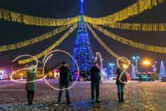 GRODNO, WIT-RUSLAND - DECEMBER 23: Gelukkig Nieuwjaar De figuren 2018 maakten van vuurwerk op een Kerstboom, 23 December, 2017 Gr Royalty-vrije Stock Foto