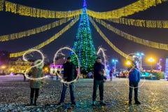 GRODNO, WIT-RUSLAND - DECEMBER 23: Gelukkig Nieuwjaar De figuren 2018 maakten van vuurwerk op een Kerstboom, 23 December, 2017 Gr Royalty-vrije Stock Foto's