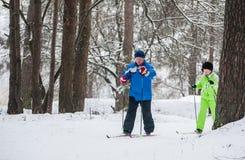 GRODNO, WIT-RUSLAND - JANUARI 15, 2017 Een hoger paar openlucht in de winter het plaatsen Het actieve paar staat dwars te gaan op Royalty-vrije Stock Foto's
