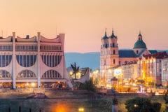 Grodno, Wit-Rusland Regionaal het Dramatheater van Grodno, St Francis Xavier Cathedral And Traffic In Mostowaja en Kirova-Straten stock afbeelding