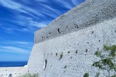 Grodowa ściana w Tremiti wyspach z grupą ludzi na wierzchołku whaching seascape dla podróży i turystyki pojęcia Zdjęcia Royalty Free