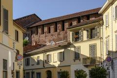 Grodowa ściana wyłania się nad starymi domów dachami, Vigevano, Włochy zdjęcie royalty free