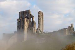 Grodowa ruina w mgle na słonecznym dniu Obraz Stock