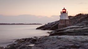 Grodowa wzgórze latarnia morska przy wschodem słońca fotografia stock