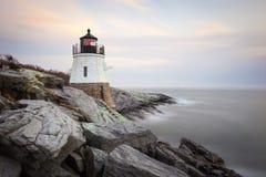 Grodowa wzgórze latarnia morska przy zmierzchem zdjęcia royalty free