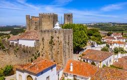 Grodowe wieżyczki Górują ściana Pomarańczowych dachy Obidos Portugalia Fotografia Royalty Free