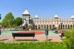 Grodowy boisko dla dzieciaków w środkowym parku miasto Piękny pałac boiska pomysł dla bawić się dzieciaków z ich rodzinami zdjęcia royalty free