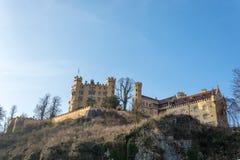 Grodowy Hohenschwangau na wzgórzu w popołudniu Zdjęcia Stock