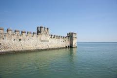 Grodowy Sirmione, defensywy ściany projekty w jezioro Zdjęcie Stock