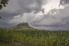 Grodowy Spisek krajobraz na burzowym wieczór z polem kukurudza fotografia stock
