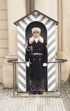 Grodowy Strażowy pozycja strażnik w jego sentry pudełku przy Praga kasztelem Obrazy Stock