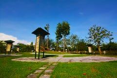 Große bunte Kinderspielplatzgeräte in der Mitte des Parks Stockfotos
