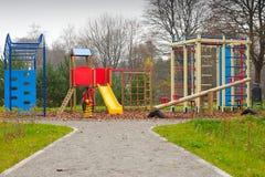 Große bunte Kindspielplatzausrüstung Lizenzfreie Stockfotografie