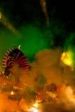Große Drache-Parade angeschlossen mit den Feuerwerken Stockbild
