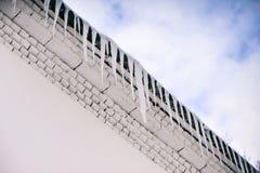 Große Eiszapfen, die vom Dach hängen Lizenzfreie Stockfotos