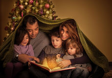 Große Familie am Weihnachtsabend Stockbild