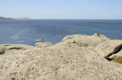 Große Felsen in einer Bucht Stockbild