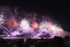 Große Feuerwerke an Copacabana-Strand Lizenzfreie Stockbilder