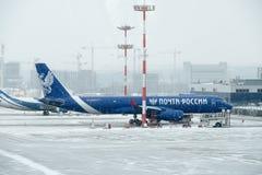 Große Flugzeuge, die zur Vnukovo-Flughafen-Tageszeit sich bewegen Stockbilder