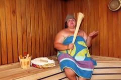 Große Frau des Spaßes in der Sauna Stockfotografie