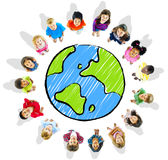 Große Gruppe verschiedene Kinder rund um den Globus Stockfotos
