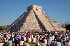Große Gruppe von Personen, die das Frühlings-Äquinoktikum an Tempel Chichen Itza Kukulcan aufpasst Stockfotografie