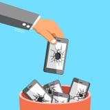 Große Hand des Geschäfts, die gebrochenen Smartphone zum Abfalleimer wirft Lizenzfreie Stockbilder