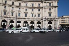 Große Mengen des Taxis in Rom Stockbild