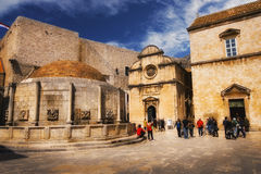 Große Onofrio Fountain- und St.-Retter-Kirche in Dubrovnik, am 12. April 2015 Lizenzfreie Stockbilder