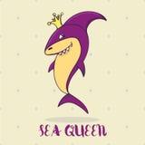 Große purpurrote Karikaturhaifischprinzessin oder -königin mit dem Kronenlächeln Für Kinder buchen Sie, Menürestaurant, Café, Men Lizenzfreies Stockfoto