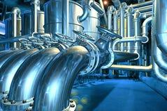 Große Rohrleitung in der abstrakten Raffinerie Stockbild