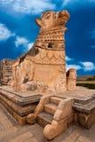 Große Statue von Nandi Bull vor hindischem Tempel Lizenzfreie Stockfotos
