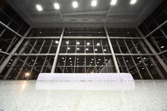 Große Tabelle abgedeckt mit weißer Tischdecke in der Vorhalle Lizenzfreie Stockbilder