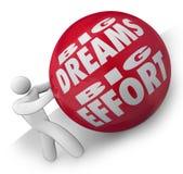 Große Träume und Bemühung Person Rolling Ball Uphill zum Ziel Lizenzfreie Stockfotografie