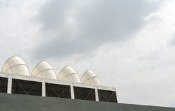 Große weiße Rohre auf blauem Himmel Stockfotos