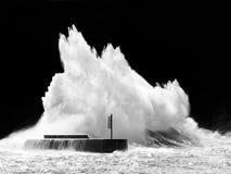 Große Welle, die auf Wellenbrecher bricht Lizenzfreies Stockfoto