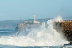 Große Wellen gegen die Felsen Santander-Leuchtturm, Kantabrien, Spanien Stockbild