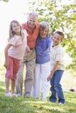 Großeltern, die mit Enkelkindern lachen Stockbilder