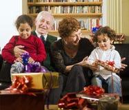 Großeltern und Geschenke Stockfoto