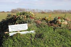 Groen afval bij een dorpsbegraafplaats in Noord-Duitsland Stock Foto's
