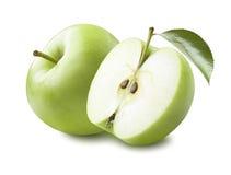 Groen appel half die blad op witte achtergrond wordt geïsoleerd Stock Afbeeldingen