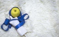 Groen Apple en een metende band met een stuk speelgoed model op het bont stock afbeelding