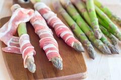 Groen asperge en bacon op houten raad, ingredi?nten voor gezond horizontaal voorgerecht, royalty-vrije stock afbeelding