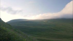 Groen berg en valleilandschap timelapse Hooglanden en bewolkte hemel stock footage