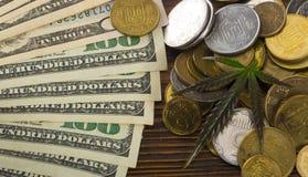Groen Blad van Cannabis, Marihuana, Ganja, Hennep op een Rekening 100 Amerikaanse dollars Bedrijfs concept Cannabisblad en Dollar Royalty-vrije Stock Afbeeldingen